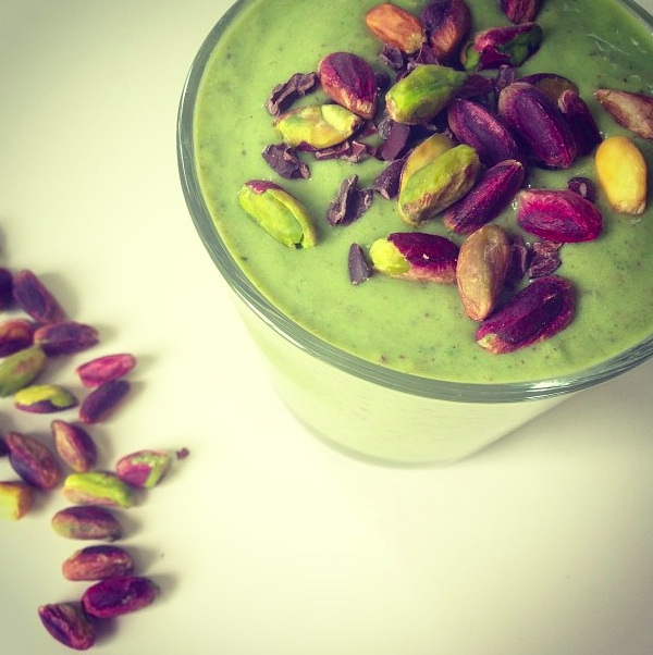 PISTACHIO SMOOTHIE WITH PEPPERMINT & RAW CHOCOLATE.