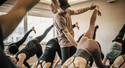 Yoga med højt til loftet
